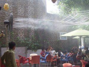 quạt đứng xwind phun sương quán cà phê